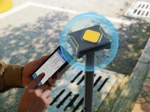 Qbox 8 یک گیرنده GNSS دقت بالا با طراحی عالی و بر پایه ارتباط بلوتوث است که می تواند به هر وسیله همراه دیگر متصل شود. یکپارچگی موتور RTK حرفه ای آن به ما عملکردی با دقت 2cm می دهد که هدف آن قدرتمند کردن کاربرد های GIS با تعیین موقعیت دقیق و قابل اعتماد است.